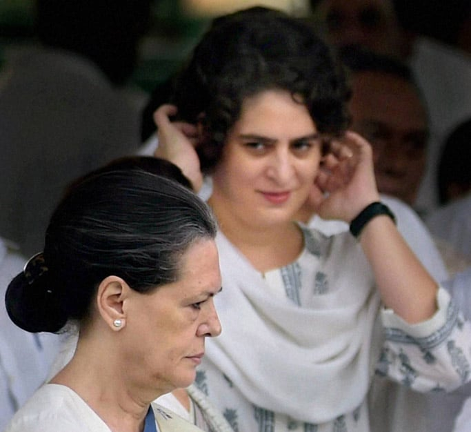Congress President Sonia Gandhi and party Vice President Rahul Gandhi greet children after paying tributes to former Prime Minister Rajiv Gandhi