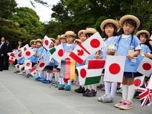 A group of school children wait for the G-7 leaders to arrive for their tour of the Ise Jingu shrine in Ise, Japan