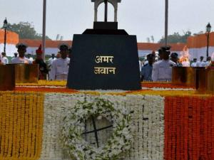 Soldiers paying homage at Amar Jawan Jyoti