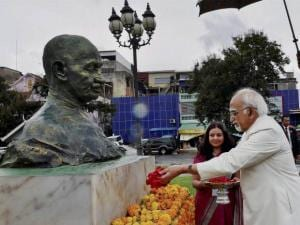 Hamid Ansari paying tributes at the statue of Mahatma Gandhi