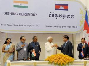 Hamid Ansari raising a toast with Cambodian Prime Minister Hun Sen