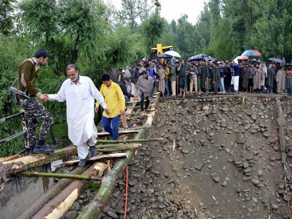 Kashmir, Heavy rain, Kashmir rains, Kashmir monsoon, NDRF, Indian Air Force, SRP Team, Air force, Flood, Srinagar, Anantnag, South Kashmir, Jammu National Highway