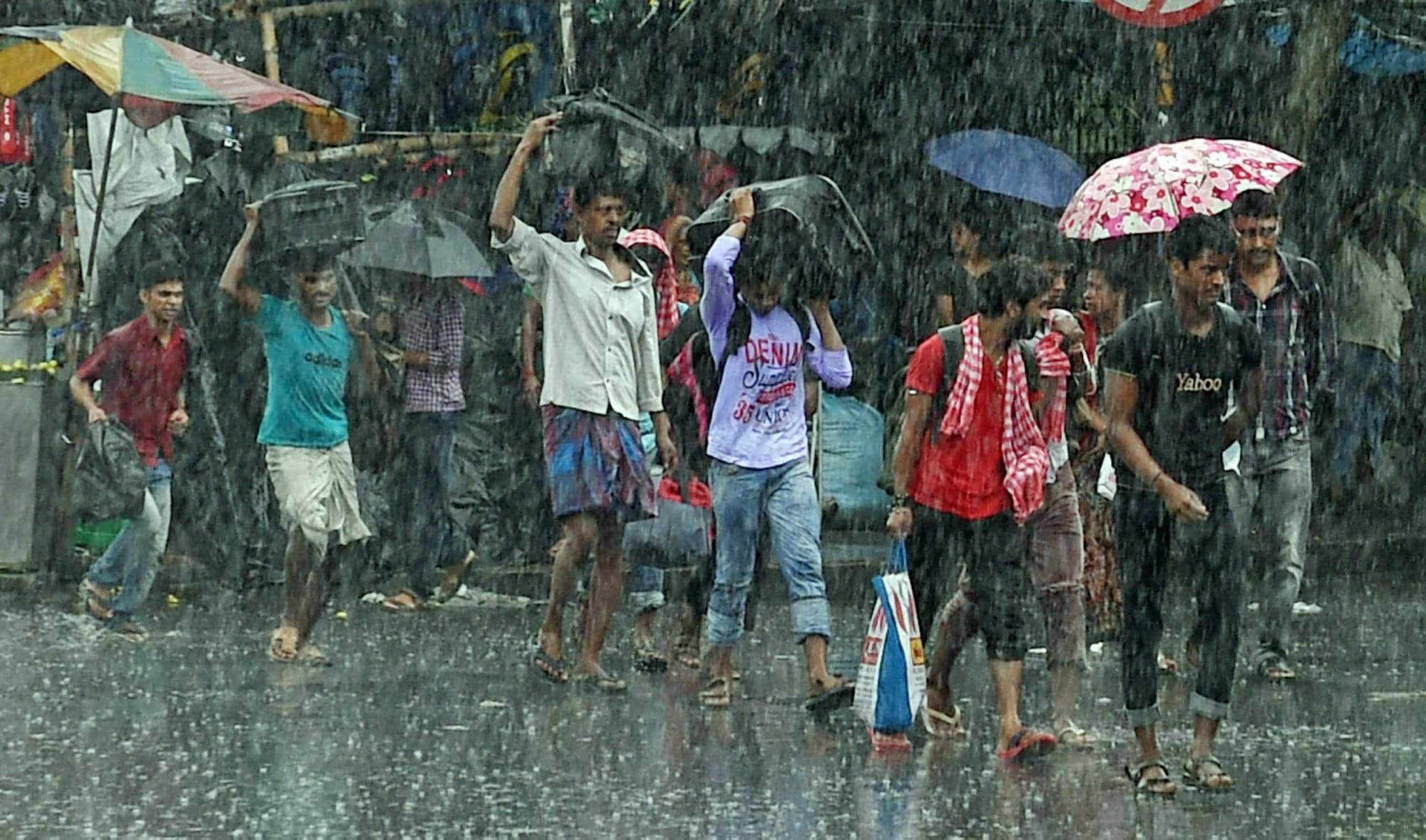People, cross, road, heavy rains, Kolkata