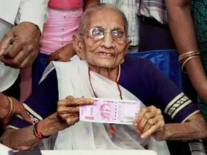 Heeraben Modi shows the 2000 rupees note