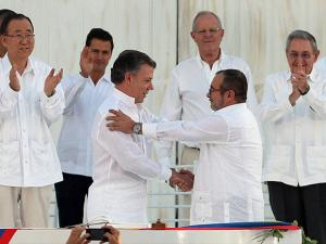 signing the peace agreement between Colombia' government and the FARC