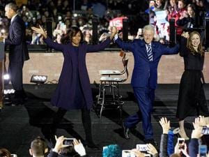 Michelle Obama, Bill Clinton, Chelsea Clinton, behind Barack Obama
