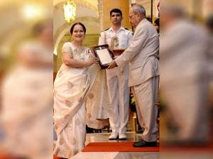 Pranab Mukherjee honoring actor Himani Shivpuri  at the Sangeet Natak Akademi's Fellowships and Akademi Awards - 2015
