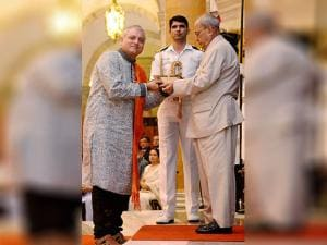 Pranab Mukherjee honoring actor Manoj Joshi at the Sangeet Natak Akademi's Fellowships and Akademi Awards - 2015
