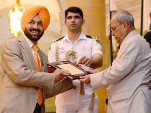 President Pranab Mukherjee presenting award