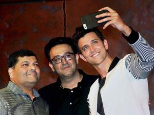 Hritik Roshan taking selfie with the winners of a contest at a promotional event
