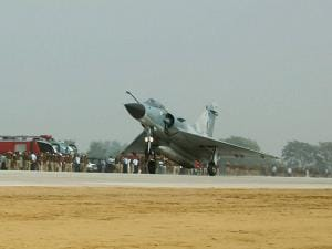 Mirage 2000 touches down  during the opening of Agra-Lucknow expressway