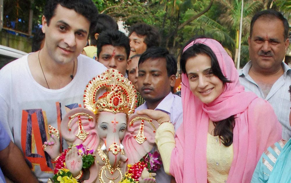 Bollywood actor, Amisha Patel, performs, puja, immersion,  Lord Ganesha, Mumbai
