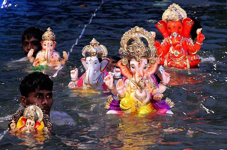 Devotees, immerse, idols, Ganesha, lake, Thane