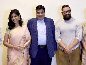 Nitin Gadkari with Star cast of Dangal Aamir Khan, Sakshi Tanwar