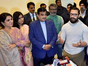Nitin Gadkari with Star cast of Dangal Aamir Khan, Sakshi Tanwar and BJP leader Sanya Malhotra