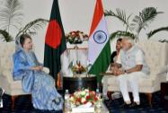 Prime Minister Narendra Modi shakes hands with the former Prime Minister of Bangladesh, Begum Khaleda Zia