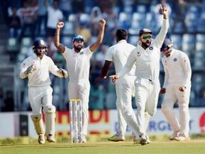 Virat Kohali and players celebrate their win on the fifth day