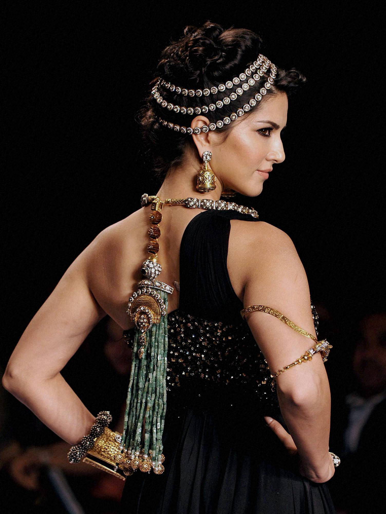 Bollywood actress, Sunny Leone, jewellery, designer Sumit Sawhney, India, International, Jewellery Week, Mumbai