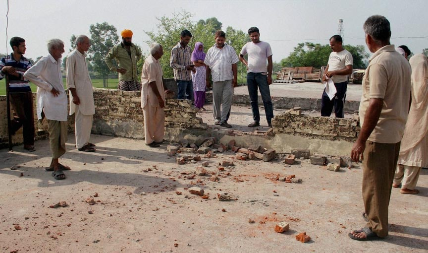 villager, shows, marks, mortar, shells, allegedly, fired, Pakistan's, side, Treva village, India-Pakistan, International, border, Arnia Sector