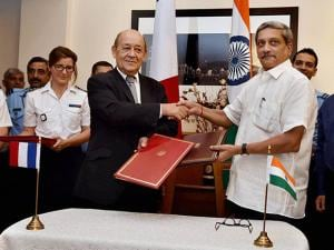 Manohar Parrikar and his French counterpart Jean Yves Le Drian shake hands after signing