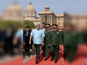 Manohar Parrikar greets his Vietnamese counterpart Gen Ngo Xuan Lich during a welcome ceremony