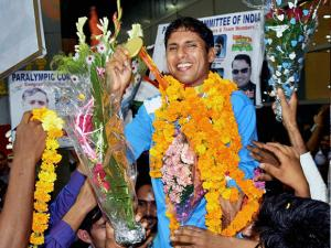 Devendra Jhajharia being welcomed on his arrival at IGI airport in New Delhi