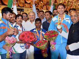 Sports Minister Vijay Goel and MoS Rao Inderjit Singh greet Para Olympics players on their arrival at IGI airport