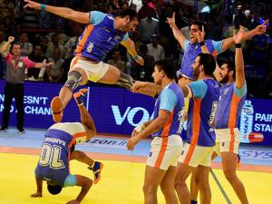 Indian players celebrate after beating Iran by 39-28 points_02