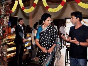 Indra Nooyi and  Vikas Khanna at a traditional south-Indian eatery