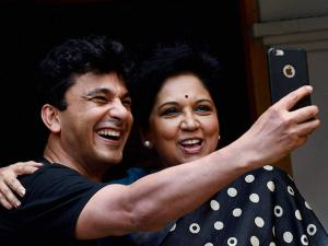 Indra Nooyi and  Vikas Khanna take selfies