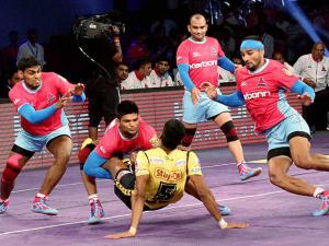Players in action during the Pro Kabaddi match between Jaipur Pink Panthers and Telgu Titans