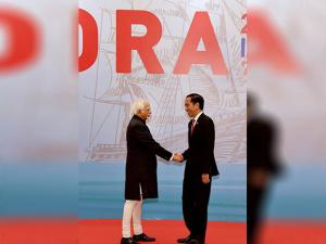 Vice President Hamid Ansari being received by Indonesian President Joko Widodo at the opening ceremony of 20th Indian Ocean Rim Association Leaders' Summit