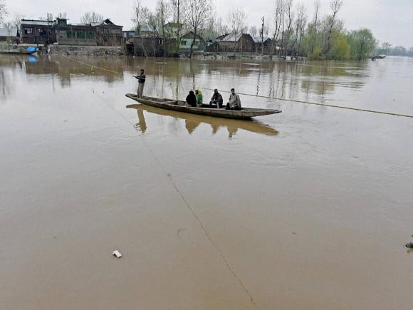 Kashmir, Floods, Budgam, Srinagar, Anantnag, Army, Police, Rescue Operation, Laden, Chadoora, Chief Minister of j&k, Mufti Mohammad Sayeed, Flood and Irrigation, Minister Altaf Bukhari