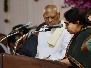 Tamil Nadu Governor K Rosaiah administering the oath of secrecy to Tamil Nadu Chief Minister J Jayalalithaa at the swearing in ceremony in Chennai