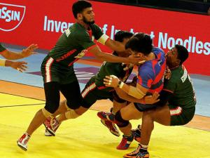 Bangladesh (green) trying to catch a player of Korea during Kabaddi World Cup 2016