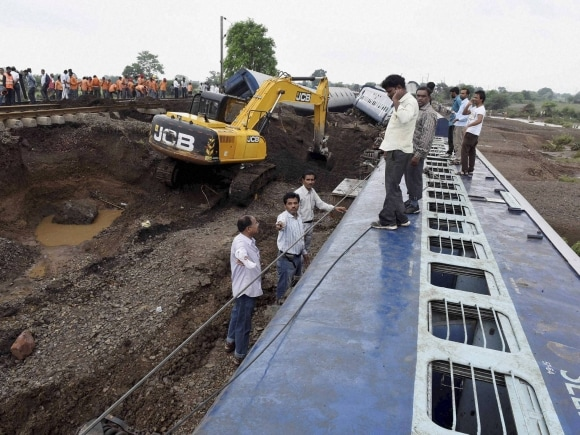 Rescue, Madhya Pradesh, Kamayani Express, Janata Express, Twin Train derailment, Harda, Train derailment, MP train derailment