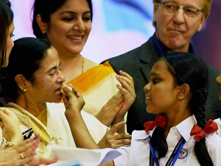 student, offering, piece, cake, West Bengal, Chief Minister, Mamata Banerjee