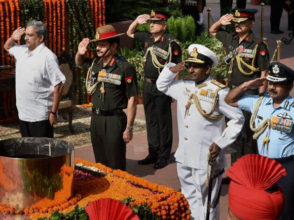 Kargil, Kargil War, 16th Anniversary, Amar Jawan, Amar Jawan Jyoti, Defence Minister of India, Manohar Parrikar, Chief of Army Staff, General Dalbir Singh Suhag, Naval Staff, Murugesan, Marshal Arup Raha, Air Staff
