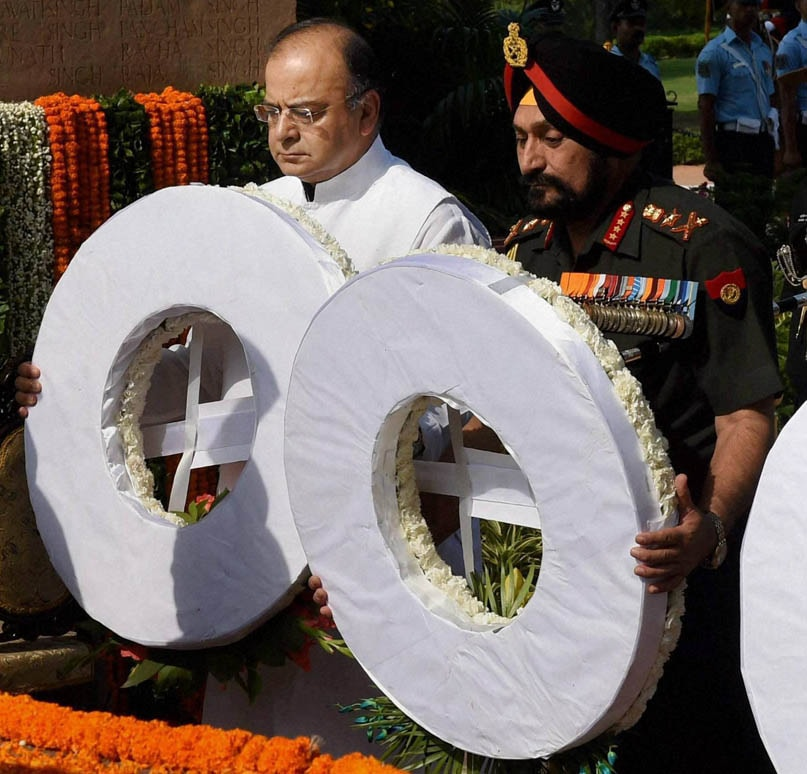 Defence Minister, Arun Jaitley, Chief Army Staff, General Bikram Singh, paying, Amar Jawan Jyoti, occasion, Kargil Vijay Diwas, New Delhi