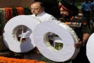 Defence Minister Arun Jaitley along with the Chief of Army Staff, General Bikram Singh paying homage at Amar Jawan Jyoti