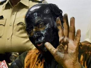 Former ideologue of the BJP Sudheendra Kulkarni, with face blackened by Shiv Sena activists