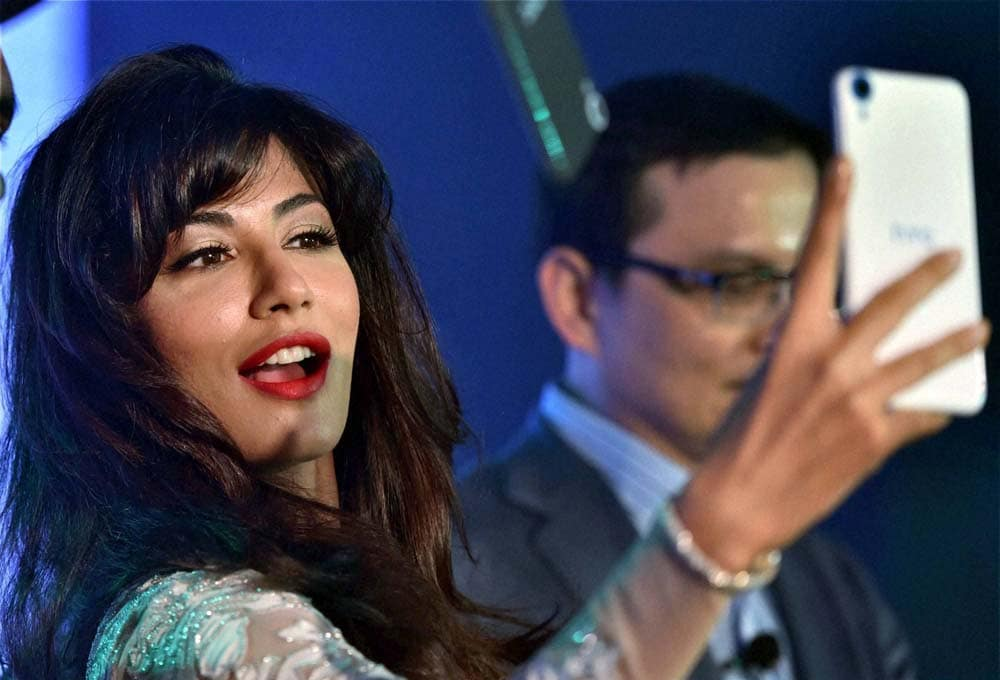Bollywood actress, Chitrangada Singh, Faisal Siddiqui, Vice President, Country Head, India HTC, selfie, launch, new HTC Desire 816G, dual sim, mobile phone, New Delhi