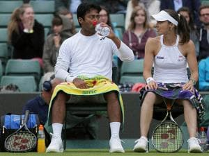 Martina Hingis  with Leander Paes  at a change of ends during their mixed double