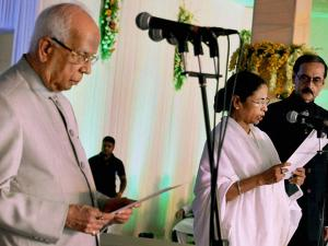 West Bengal Governor Keshari Nath Tripathy administers the oath of secrecy to West Bengal Chief Minister Mamata Banerjee during swearing-in ceremony in Kolkata (2)