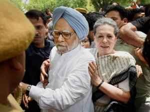 Congress President Sonia Gandhi and former PM Mnmohan Singh break the police barricade to court arrest during the Loktantra Bachao March in New Delhi