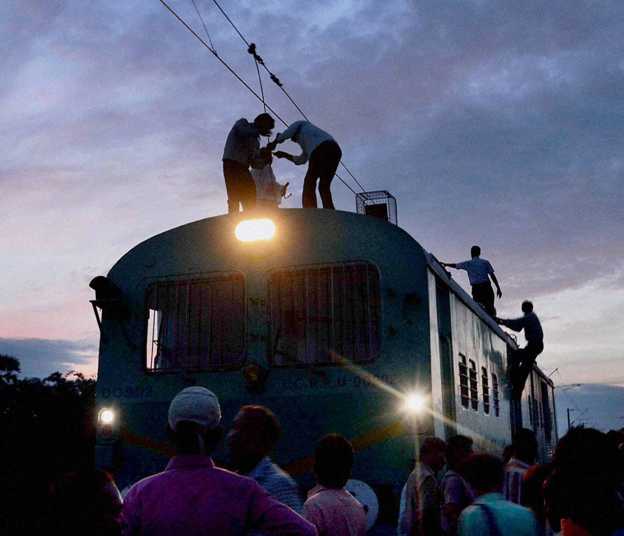 Railway officials, repairing, traction wire, blasted, Maoists, Rafiganj station, Bihar