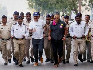 Paramveer Singh and Milind Soman participating in the Winter Half Marathon 2016 in Thane