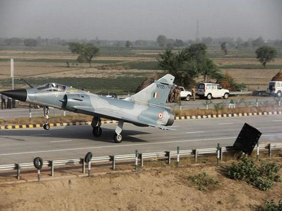Yamuna Expressway, Indian Air Force, Mirage, Mirage 2000 Landing, Highway Airstrip, Autobahn, Hitler, Second World War, India, Pakistan