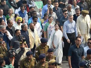 Mamata Bannerjee Omar Abdullah, Bhagwant Mann and other MPs leading a protest march towards Rashtrapati Bhavan over demonetisation issue