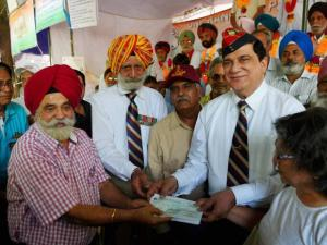 Former Governor of  Andaman and Nicobar Islands and Puducherry Bhopinder Singh,  along with a delegation from Chandigarh, presenting a cheque